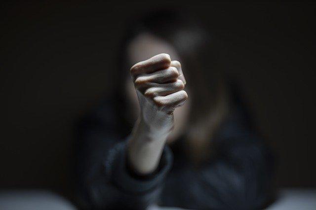 暴行罪とは?定義・構成要件・傷害罪との違いをわかりやすく解説